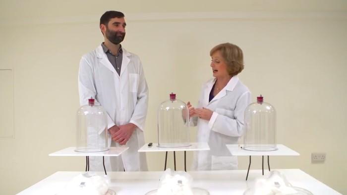 Untuk melihat bukti dampak vape (rokok elektrik) versus rokok biasa peneliti Dr Lion Shahab dan Dr Rosemary Leonard melakukan demonstrasi dengan bantuan alat, menyimulasikan paru-paru. (Foto: BBC/NHS Smokefree)