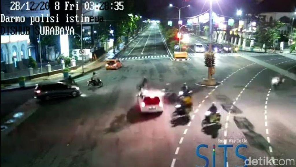 Detik-detik Brio Tabrak Dua Pemotor di Surabaya