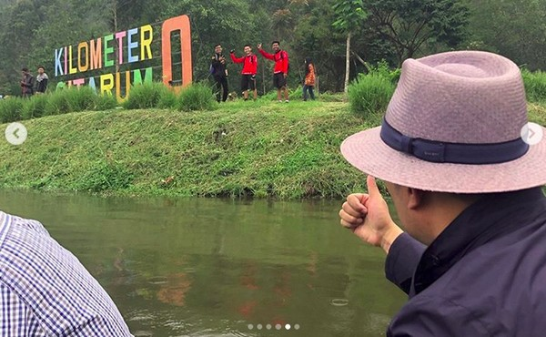 Kang Emil juga menyinggung soal larangan buang sampah ke sungai. Sebab, hulu Sungai Citarum yakni Situ Cisanti ini sangat bersih. Lantas, aliran Sungai Citarum yang melintasi Bandung terlihat kotor (Instagram/ridwankamil)