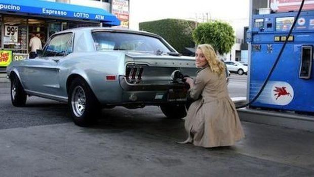 Amber Heard dan Mustang klasiknya