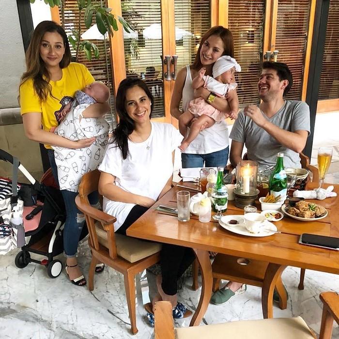 Wanita berusia 32 tahun ini baru saja menjadi seorang ibu. Ditemani sang suami, acara makan siang sambil ngumpul bersama teman-teman terdekatnya jadi lebih seru. Foto: Instagram @marissaln