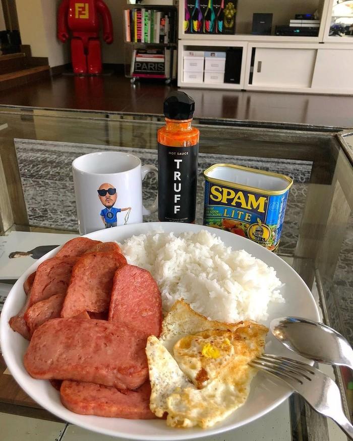 Meski kaya raya, Baller ternyata doyan makanan yang sederhana. Lihat aja menu sarapannya ini. Ada nasi, spam, dan telur ceplok. Foto: Instagram benballer