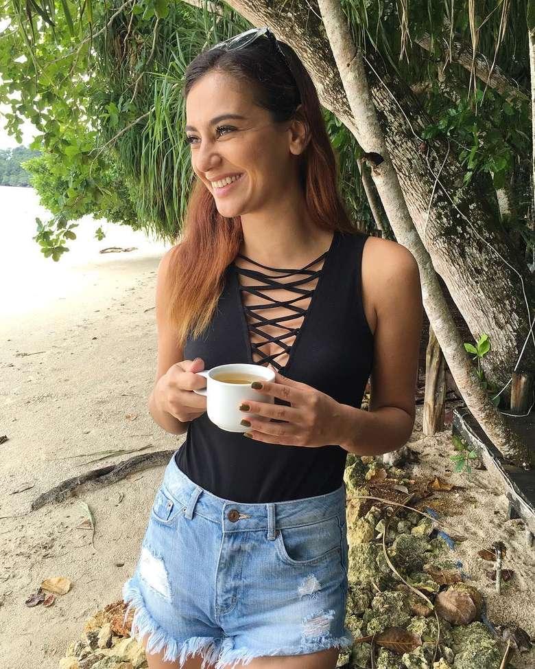 Sejak ikut ajang MTV Vj Hunt di tahun 2007, nama Marissa Nasution mulai dikenal. Kini ia tinggal di Singapura bersama keluarga kecilnya, ia juga sering membagikan momen kulinerannya bersama teman-temannya. Ini salah satu pose cantiknya saat menikmati secangkir kopi di tepi pantai. Foto: Instagram @marissaln