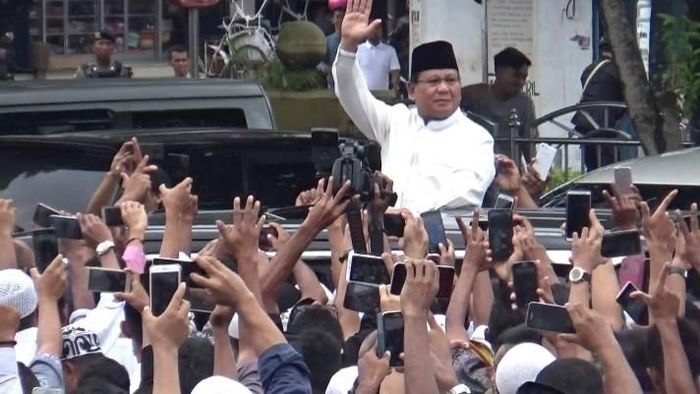 Foto: Prabowo usai salat Jumat di Ambon menemui jemaah (Abas-detik)
