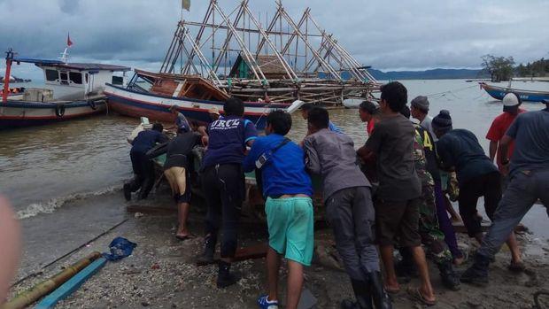 URCL Bakamla membantu evakuasi perahu nelayan Sumur, Pandeglang, kembali ke laut.