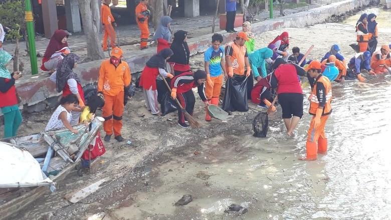 Petugas Bersihkan Material Vulkanik Diduga dari Anak Krakatau di Tidung