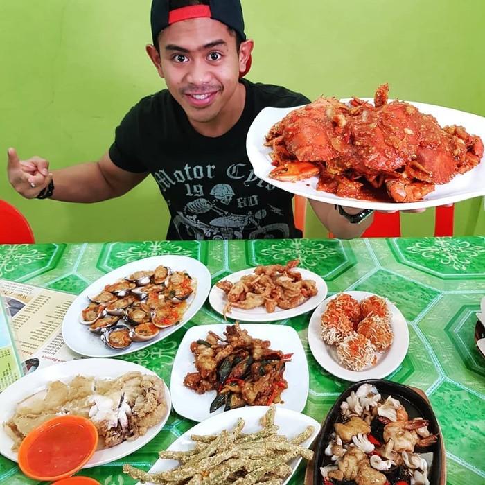 Tanboy ini lahir sebagai pria Sumatera yang lidahnya seolah kebal dengan rasa pedas. Ia tak pernah mengeluh saat makan makanan pedas. Aksinya ini malah terlihat seru. Foto: instagram @tanboy_kun