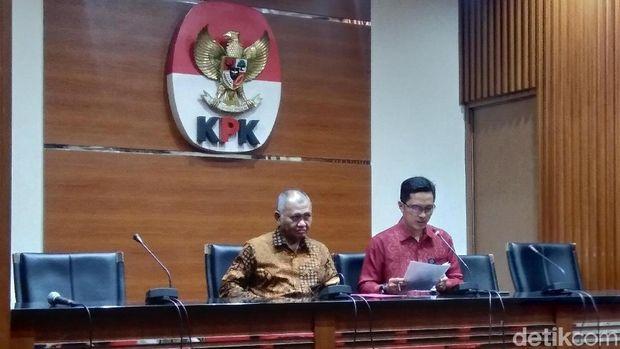 Ketua KPK Agus Rahardjo didampingi juru bicara KPK Febri Diansyah dalam jumpa pers penetapan 13 tersangka baru kasus suap DPRD Jambi, Jumat (28/12/2018)