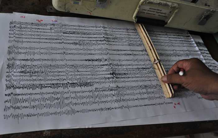 Petugas mengukur panjang amplitudo letusan Gunung Anak Krakatau (GAK) dari data rekam seismograf di Pos Pengamatan GAK Pasauran, Serang, Banten, Kamis (27/12/2018). PVMBG (Pusat Vulkanologi dan Mitigasi Bencana Geologi) menaikan status GAK dari WASPADA ke level SIAGA sejak Kamis (27/12) karena frekwensi letusan meningkat dengan amplitudo rata-rata 25 milimeter diiringi dentuman cukup keras. ANTARA FOTO/Asep Fathulrahman/hp.