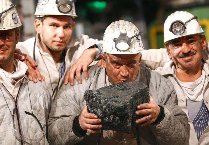 Penambang secara simbolis mencium batubara sebagai lambang penutupan tambang di Bottrop, Jerman 21 Desember 2018. Reuters/Wolfgang Rattay.