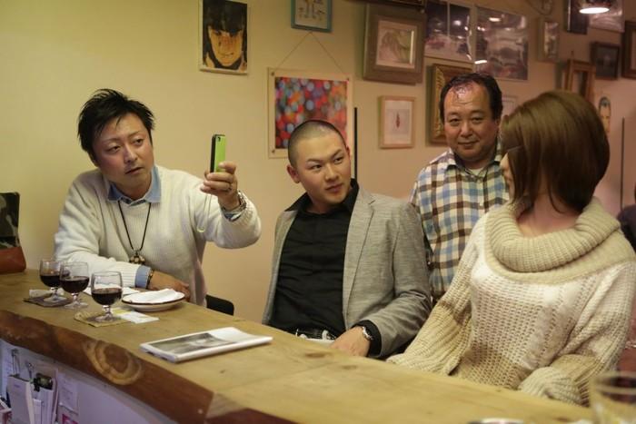 Nakajima dengan bangganya bahkan menunjukkan Saori ke orang-orang. (Foto: Taro Karibe/Getty Images)