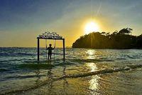 Menikmati senja di Pantai Balekambang (dok istimewa)