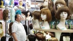 Saori Nakajima merasa boneka tidak akan mengkhianati atau mengincar uangnya. Karena alasan itu Nakajima menjadikan sang boneka layaknya pasangan hidup asli.