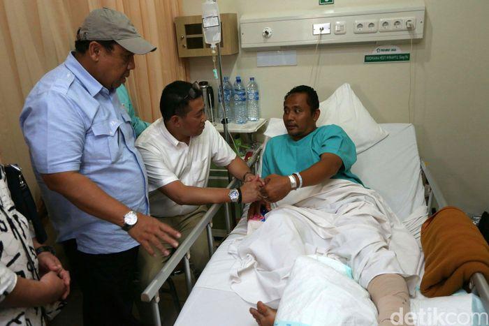 Direktur Pelayanan BPJS Ketenagakerjaan, Krishna Syarif mengunjungi korban Tsunami Banten di Rumah Sakit Puri Cinere, Depok. Jumat (28/12/2018).