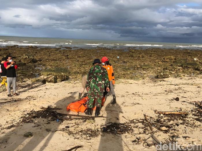 Foto ilustrasi: Evakuasi korban tsunami Selat Sunda. (Dok BNPB)