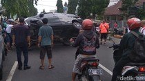 Tabrak Kendaraan Parkir, Mobil Calya Ini Terbalik di Tengah Jalan
