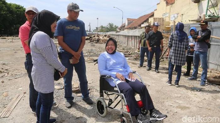 Potret Walikota Surabaya, Tri Rismaharini yang menggunakan kursi roda karena keseleo. Foto: Amir Baihaqi