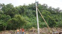 Teknisi PLN Ketar Ketir Pasang Listrik Pinggir Laut Pasca Tsunami