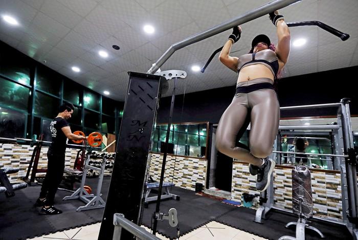 Perempuan 21 tahun ini awalnya tertarik melihat badan-badan tegap berotot saat ikut ayahnya ke gym. Foto: REUTERS/Amr Abdallah Dalsh