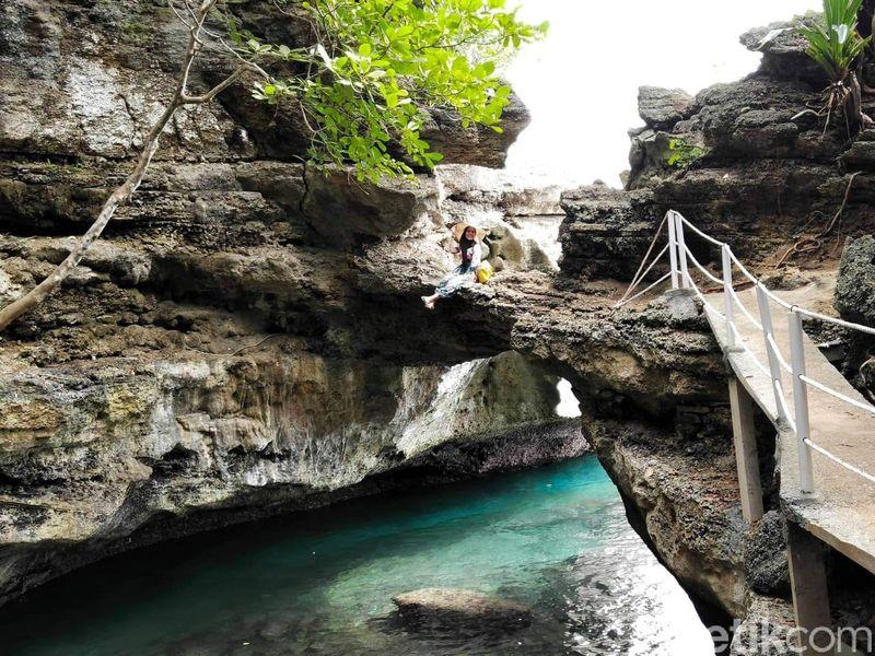 Inilah Pantai Batu Lubang yang keren dan eksotis di Maluku Tengah. Lokasi tepatnya ada di Desa Lilibooi, Kecamatan Leihitu Barat, Kabupaten Maluku Tengah. (Muslimin Abbas/detikTravel)