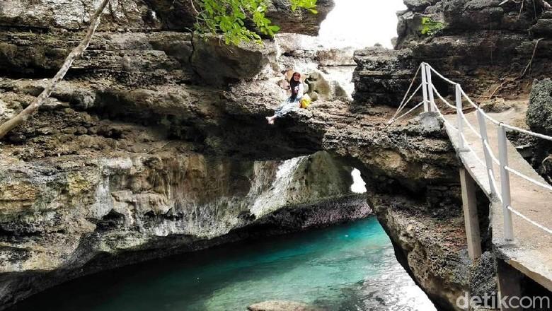 Pantai Batu Lubang yang keren di Maluku Tengah (Muslimin Abbas/detikTravel)