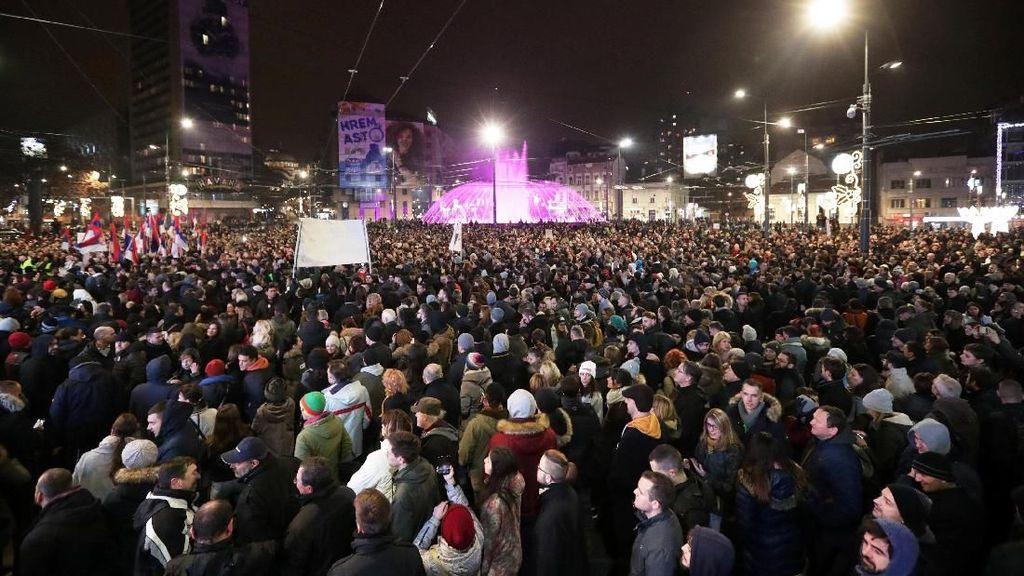 Tegang! Kubu Pro Pemerintah Serbia dan Oposisi Berhadap-hadapan