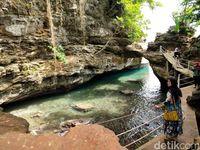 Yang Keren dari Maluku Tengah: Pantai Batu Lubang
