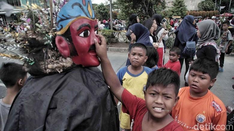 Potret Miris Anak Anak Pengamen Ondel Ondel Di Ibu Kota