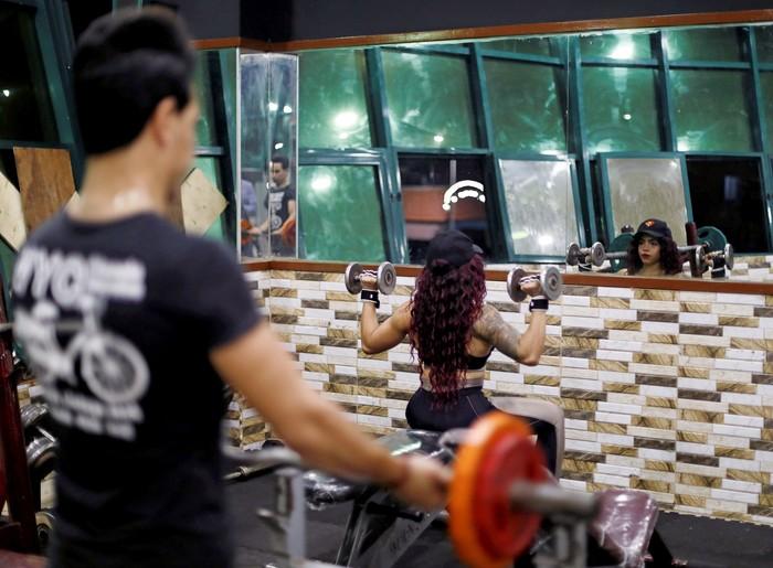 Dina tak goyah oleh pandangan tersebut. Ia mulai latihan angkat beban dan menjalani diet ketat, bahkan mencari coach atau pelatih. Foto: REUTERS/Amr Abdallah Dalsh