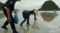 Menteri BUMN Bersih-bersih Sampah Pantai Pulau Merah Banyuwangi