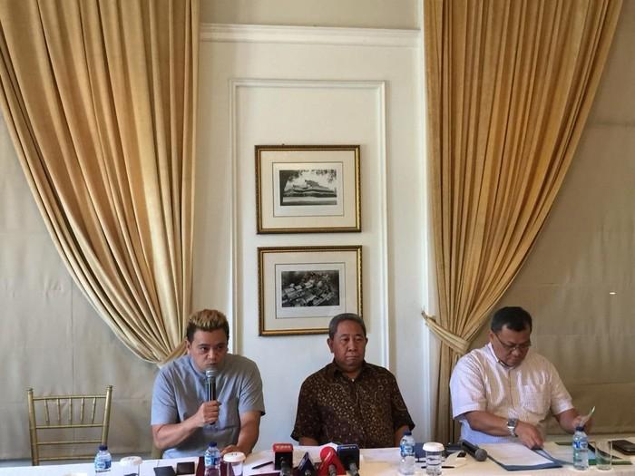 Syafri Adnan Baharuddin (tengah) menyatakan mundur dari Dewan Pengawas BPJS Ketenagakerjaan. (Audrey/detikcom)