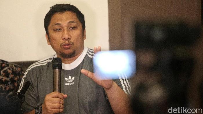 Para pembicara memaparkan pendapatnya dalam diskusi Pemilu 2019 Terancam, KPU Dikriminalisasi di Jakarta, Minggu (30/12/2018). Diskusi dilatari oleh pelaporan 2 (dua) komisioner KPU ke kepolisian terkait pencoretan nama Oesman Sapta Odang (OSO) dari daftar calon tetap (DCT) Pemilu DPD.  Hadir dalam diskusi tersebut antara lain PUSaKO FH Univ. Andalas Feri Amsari (kanan), peneliti Kode Inisiatuf Veri Junaidi dan peneliti Formappi Lucius Karus.