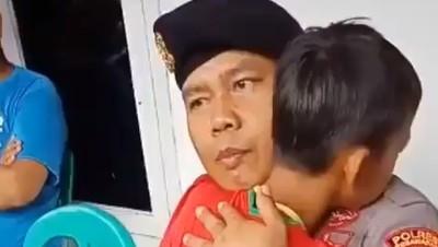 Momen Haru, Polisi Beri Pelukan Hangat Anak Korban Tsunami Banten