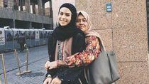 Gaya Hijab Maudy Ayunda saat Umrah, Simpel Tapi Menawan