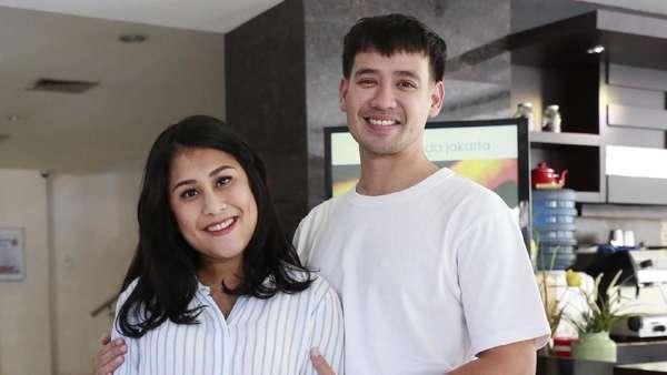 Wajah Bahagia Tarra Budiman dan Istri Dikaruniai Anak Pertama