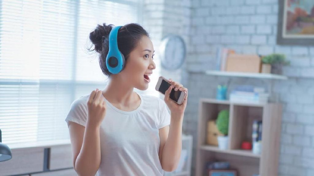 Menyentuh, Wanita Nyanyi Pakai Bahasa Isyarat untuk Ayahnya yang Tuli