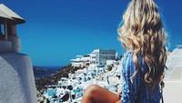 Wanita cantik ini juga pernah ke Santorini, Yunani. (hannahpolites/Instagram)