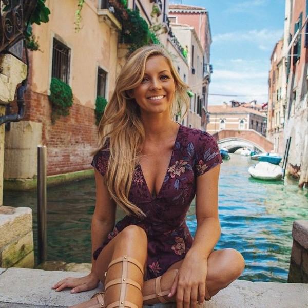 Senyum manisnya di Venisia, Italia. (hannahpolites/Instagram)