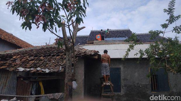 Warga Panguragan Cirebon Bersihkan Puing-puing Pasca Puting Beliung
