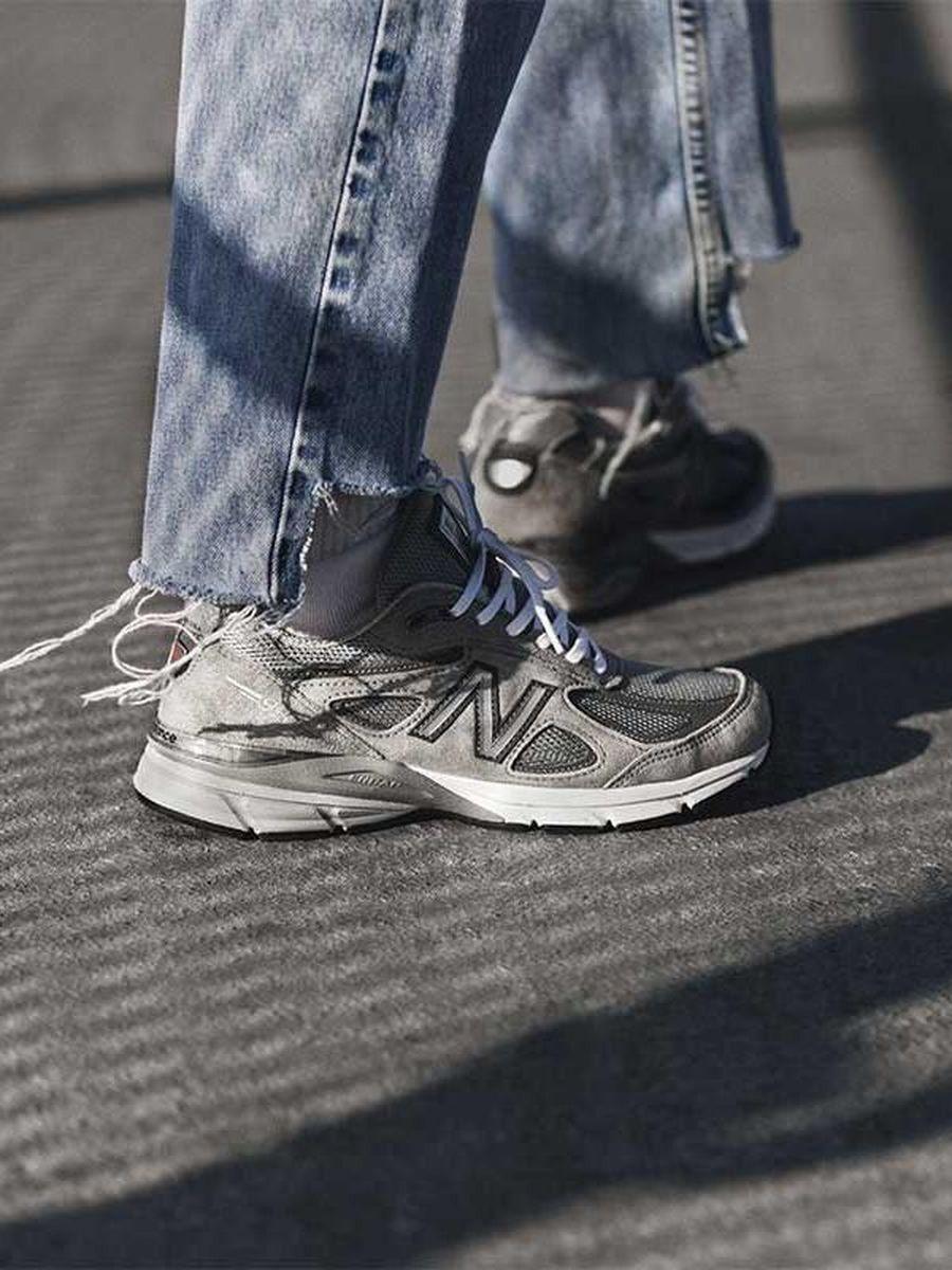 Melihat masukan para pecintanya, New Balance menghidupkan lagi seri MADE 990v4 yang pertama kali dirilis pada 1982. Saat peluncurannya April lalu, sneakers ini dijual seharga US$ 100. Namun, belakangan diketahui harganya sudah naik 100 persen saking banyaknya permintaan. (Foto: Dok. Highsnobiety)