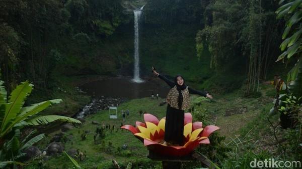 Menyusuri jalan paving sejauh 200 meter, traveler bisa mencapai air terjun yang masih perawan bernama Coban Waru. Di lokasi ini juga ada spot foto yang Instagramable lho (Muhajir Arifin/detikTravel)