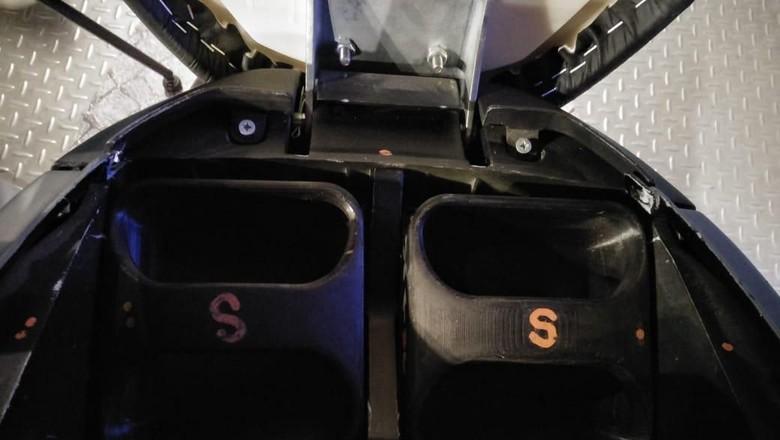 Dua baterai berbentuk persegi panjang di balik jok Gesits, nggak berat kok (Foto: Ruly Kurniawan)