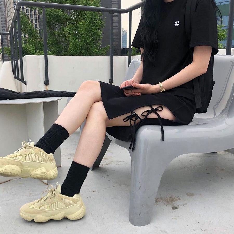 Sementara itu, sneakers buah kolaborasi brand dengan selebriti ternama rupanya masih menjadi primadona. Salah satunya Adidas Yeezy 500 oleh Kanye West. (Foto: Instagram/@331.xx)
