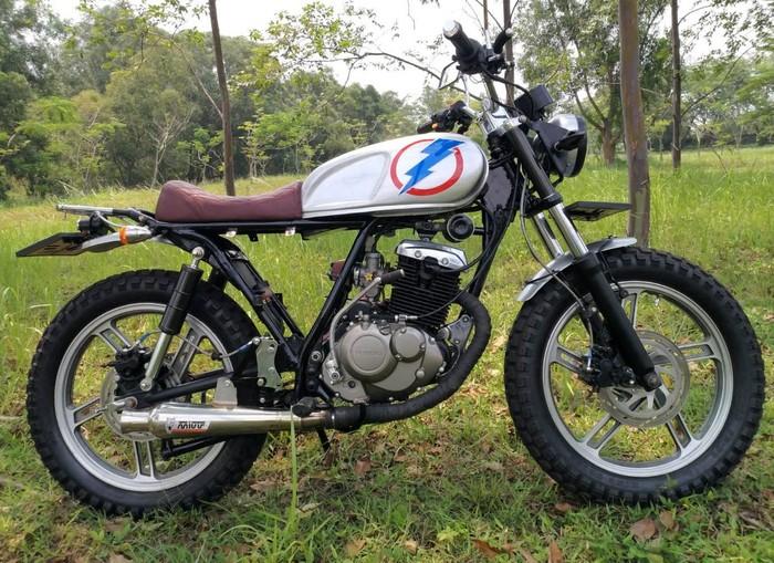 Suzuki Thunder 125 milik Handoko dimodifikasi jadi motor custom hasil persilangan aliran bratstyle dan tracker. Begini tampangnya.