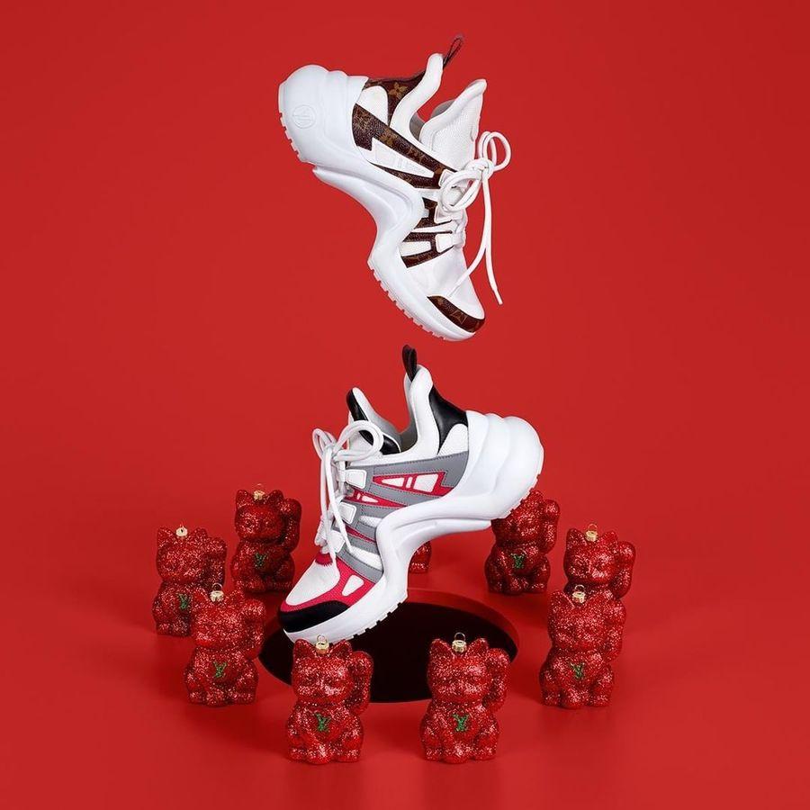 Dari jajaran sneakers keluaran high-end brand, ada Louis Vuitton seri Archlights. Berbentuk unik seperti bumerang, sneakers seharga US$ 1090 atau sekitar Rp 16 juta ini ini kerap menjadi andalan para blogger fashion ternama hingga selebriti internasional papan atas. (Foto: Instagram/@louisvuitton)