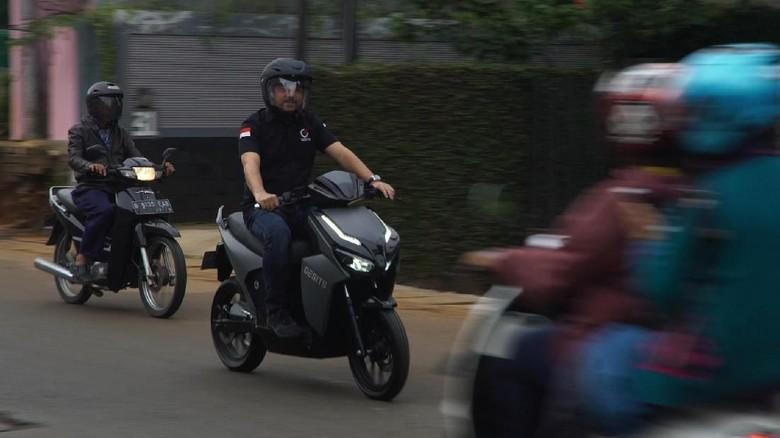 CEO PT GESITS Technologies Indo Harun Sjech beraksi dengan motor Gesits (Foto: 20Detik)