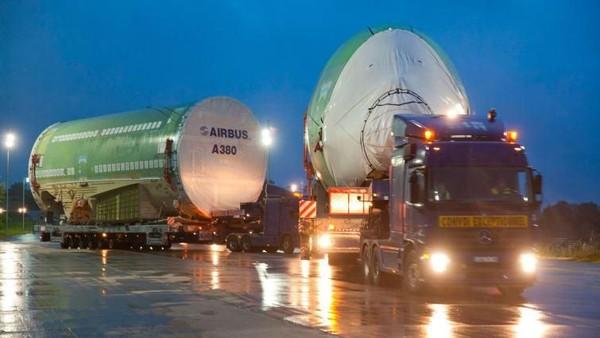 Ketika setiap komponen utama tiba di Langon, bagian itu ditransfer ke trailer yang dirancang khusus. Setelah semua 6 bagian tiba, perjalanan darat ke Toulouse dimulai (Airbus/CNN Travel)