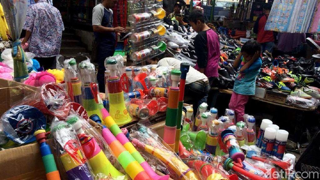 Jual Terompet Plastik, Pedagang Raup Omzet Hingga Rp 200 Juta