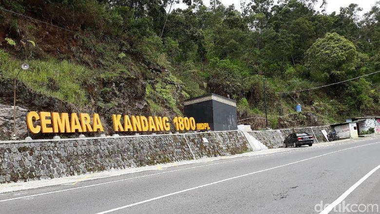 Jalur pendakian Gunung Lawu via Cemoro Kandang, Karanganyar, Senin (31/12/2018).