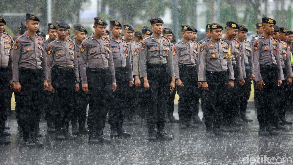 Apel Pengamanan Malam Tahun Baru di Bawah Guyuran Hujan